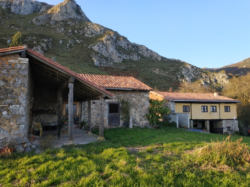 Un Gran Caserío dentro de una propiedad de 8 hectáreas orientado al Sur